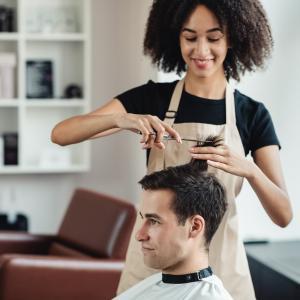 comment devenir un coiffeur ou coiffeuse professionnelle