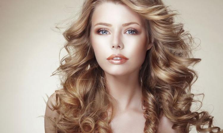 tenue parfaite cheveux boucles fer a lisser