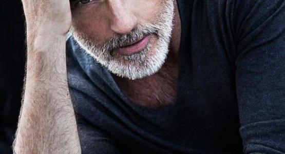 cheveux gris homme