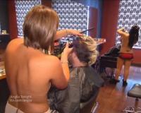 des coiffeuses seins nus à Paris
