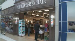 un barbier refuse la coupe de cheveux d'une femme