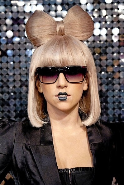 Qui Se Cache Derriere Les Coiffures Extravagantes De Lady Gaga