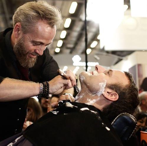 macron fait raser sa barbe au salon de la coiffure et repart avec une coupure actualit. Black Bedroom Furniture Sets. Home Design Ideas