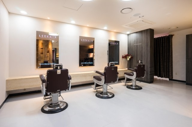 un miroir cran tactile intelligent en salon de coiffure actualit du 31 05 2016. Black Bedroom Furniture Sets. Home Design Ideas