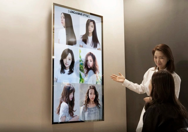 Un miroir cran tactile intelligent en salon de coiffure for Miroir interactif