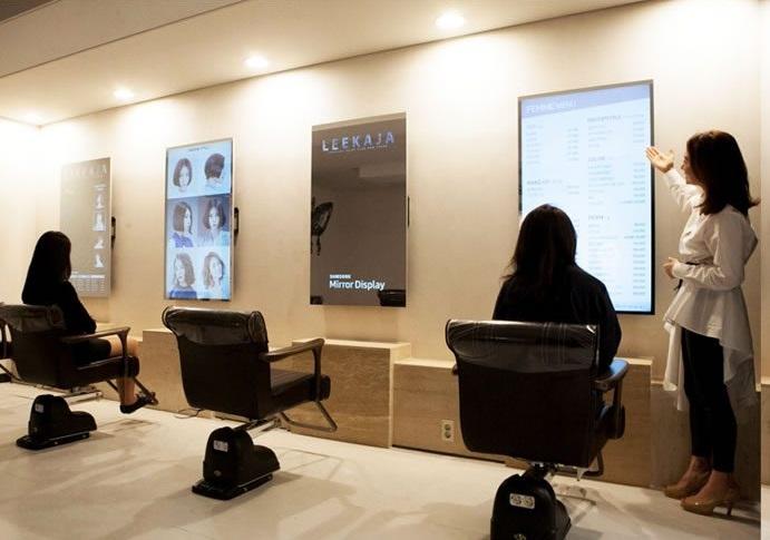 un miroir cran tactile intelligent en salon de coiffure. Black Bedroom Furniture Sets. Home Design Ideas