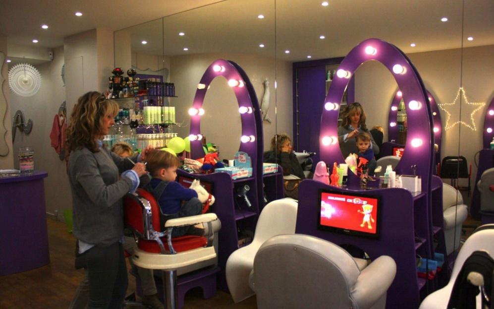 Paris un salon de coiffure sp cialement con u pour les for Chaine de salon de coiffure